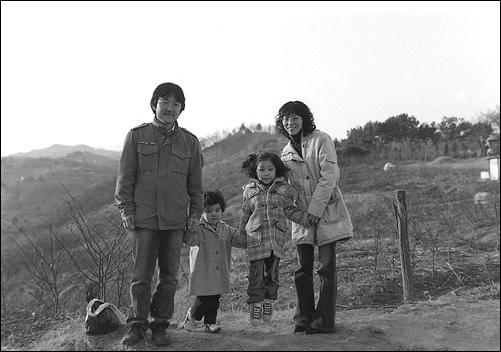 장인어른 산소 성묘 가는 길 처음엔 둘이서 시작했으나 지금은 넷이 됐다. 아이들은 가장 큰 재산이다.
