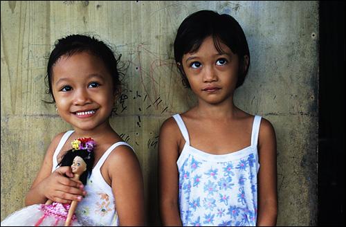 누누이 아저씨의 딸들 배낭여행으로 떠났던 신혼여행지 필리핀 보라카이에서 만난 누누이 아저씨의 딸들이다. 좋은 인연으로 아저씨의 집까지 방문했었다. 사진 속 아이들은 이제 다 큰 숙녀들이 되었을 것이다.