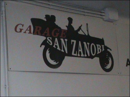 garage san zanobi 간판 없는 민박집 앞, 주차장의 개성있던 간판. 민박집은 꼭 바로 앞에서 길을 헤매게 된다.