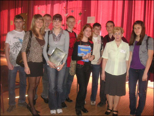 인터뷰에 참여해준 유흐비 러시아 고등학교 학생들과 교장선생님.