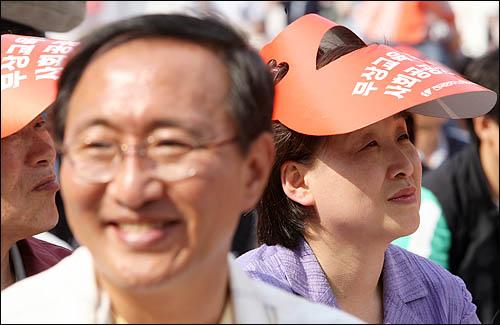 1일 오후 서울 대학로에서 열린 제118주년 세계노동절 기념대회에 진보신당 심상정 노회찬 의원이 나란히 참석해 앉아 있다.