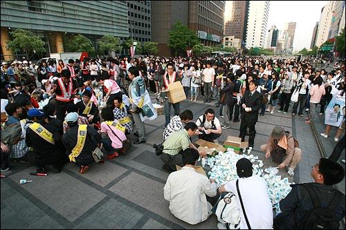 2일 저녁 서울 청계광장에서 미국산 쇠고기 전면 수입개방을 반대하는 촛불문화제가 열릴 예정인 가운데 수백명의 시민들이 행사 시작 몇시간 전부터 모여 있다.