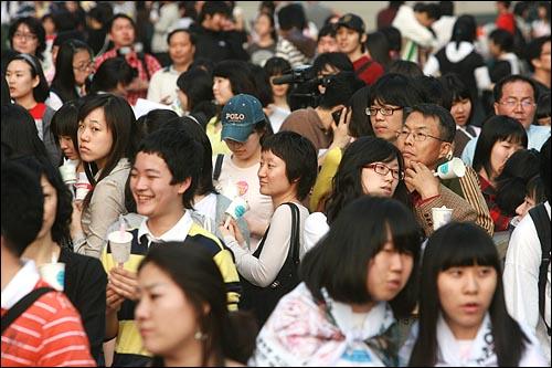 2일 저녁 서울 청계광장에서 미국산 쇠고기 전면 수입개방을 반대하는 촛불문화제가 열릴 예정인 가운데, 수백명의 시민들이 행사 시작을 기다리고 있다.