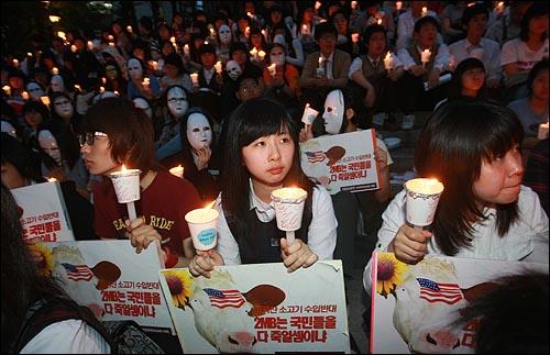 네티즌이 중심이 된 '이명박 탄핵을 위한 범국민운동본부' 주최로 2일 저녁 서울 청계광장에서 한-미 쇠고기 협상을 규탄하는 촛불문화제에 참가자들이 촛불을 들고 있다.
