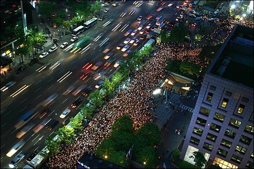2일 저녁 서울 청계광장에서 네티즌들이 중심이 되어 미국산 쇠고기 전면 수입개방을 반대하는 촛불문화제가  열리고 있다.