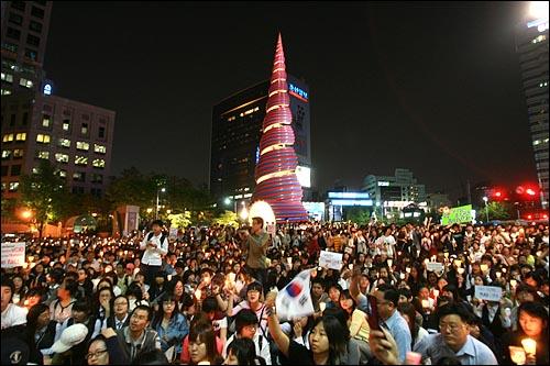 네티즌이 중심이 된 '이명박 탄핵을 위한 범국민운동본부' 주최로 2일 저녁 서울 청계광장 부근에서 한-미 쇠고기 협상을 규탄하는 촛불문화제가 열렸다.