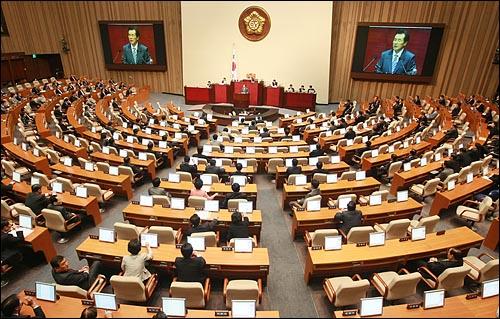 김효석 대통합민주신당 원내대표가 6일 국회 본회의장에서 열린 교섭단체 대표연설을 하고 있다.