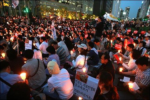 미국산 쇠고기 전면 개방을 반대하는 촛불문화제가 6일 저녁 서울 청계광장에서 열리고 있다.