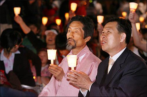 강기갑 민주노동당 의원이 6일 저녁 서울 청계광장에서 열린 미국산 쇠고기 수입 반대 촛불문화제에 참석해 미국산 쇠고기 수입에 반대하며 학생 시민들과 함께 촛불을 밝히고 있다.