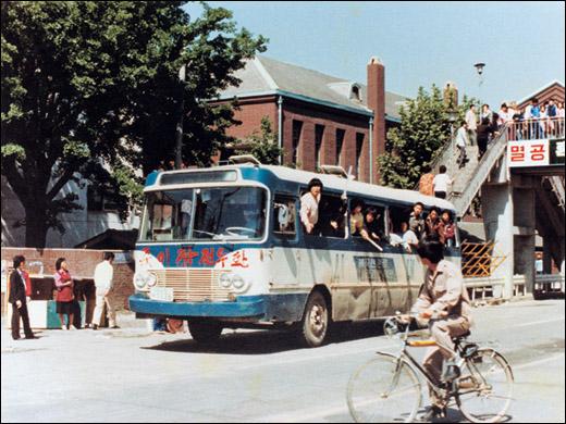 5.18 당시 시위대들은 버스를 타고 돌아다니며 시민들의 참여를 유도했다.