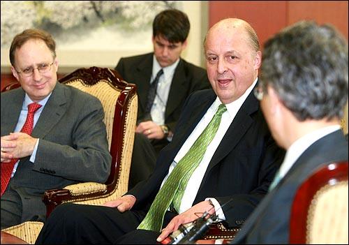 존 네그로폰테 미 국무부 부장관(오른쪽)과 버시바우 미 대사가 8일 오전 서울 세종로 외교부청사에서 권종락 외교부 1차관과 면담을 하고 있다.