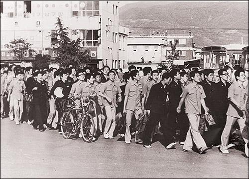 80년 당시 시위에 참여하고 있는 광주지역 고등학생들.