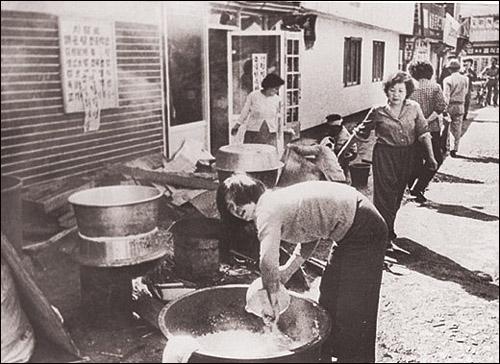 광주시민들이 시민군들에게 주기 위해 밥을 짓고 있다.