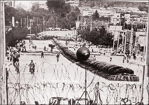 80년 당시 계엄군에 봉쇄된 광주-송정리 간 도로.