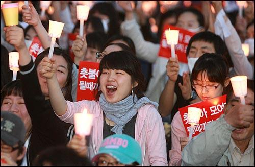 미국산 쇠고기 수입 전면 개방을 반대하는 촛불문화제가 열린 9일 저녁 서울 청계광장에서 참가자들이 함성을 외치고 있다.
