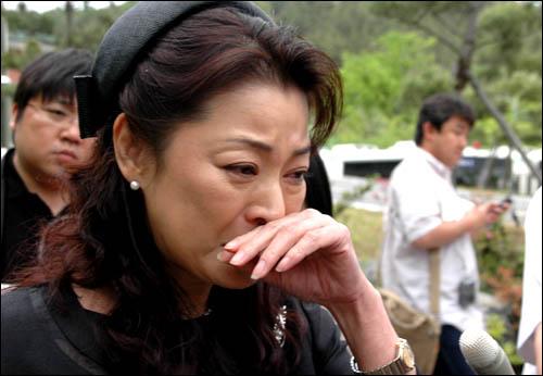 일본 여배우 구로다 후쿠미씨가 위령비 제막식이 무산되자 체육공원을 나오면서 눈물을 보이고 있다.