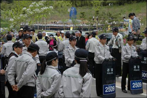 광복회원들이 체육공원 입구를 막아서자 경찰이 그 앞에 배치되어 있다. 사진 가운데 뒷 부분에 천막으로 둘러쳐져 있는 게 위령비다.