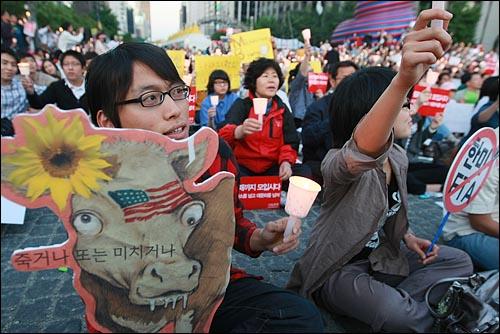 미국산 쇠고기 수입 전면 개방을 반대하는 학생과 시민들이 10일 저녁 서울 청계광장에서 열린 촛불문화제에서 정부의 미국산 쇠고기 수입 정책 철회를 촉구하며 구호를 외치고 있다.
