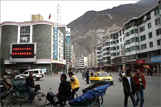 원촨 시내 모습입니다. 현대화된 도시 모습을 볼 수 있습니다. 하지만 지진에 대비한 건물이라고 할 수 없습니다. 대부분 파괴되었을 가능성이 높습니다.