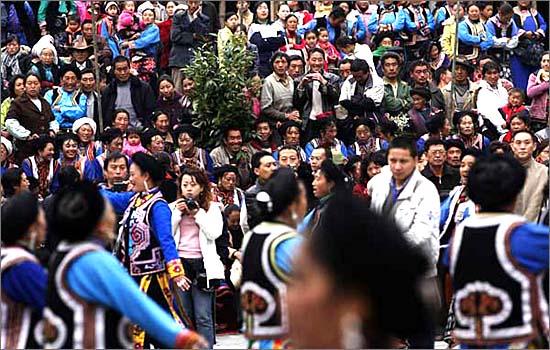 원촨 이근의 마을에서 벌어진 강족들의 축제 모습입니다. 이들의 무사를 빌뿐입니다.