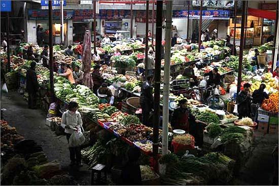원촨의 시장 모습입니다. 이근의 모사람들이 모두 모여들 정도로 규모도 큽니다.