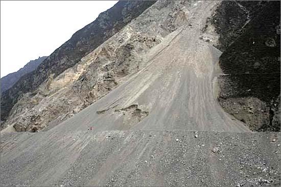 원촨의 모습입니다. 상당히 불안정한 지각구조를 보여줍니다. 이렇게 산이 무너진 곳은 너무도 흔합니다.