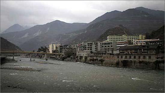 민강변에 위치한 원촨의 모습입니다.