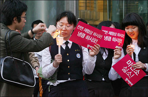 광우병 위험있는 미국산 쇠고기 수입에 반대하는 학생과 시민들이 13일 저녁 서울 청계광장에서 재협상을 촉구하며 촛불을 밝히고 있다.