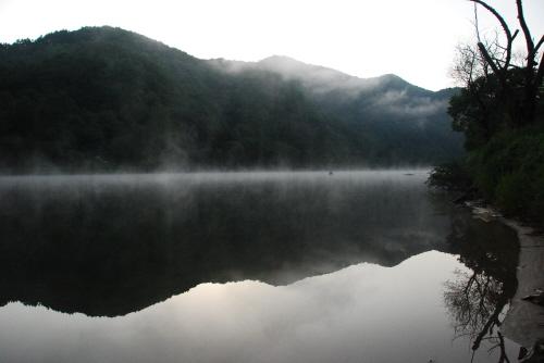 물안개와 산그림자 이른 아침 물안개와 산그림자가 한폭의 그림같이 펼쳐져 있는 모습