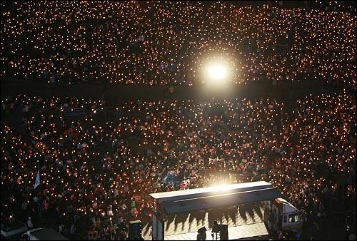미국산 쇠고기 수입 전면 개방을 반대하는 학생과 시민들이 14일 저녁 서울 시청앞 잔디광장에서 열린 촛불문화제에서 정부의 미국산 쇠고기 수입 정책 철회를 촉구하고 있다.