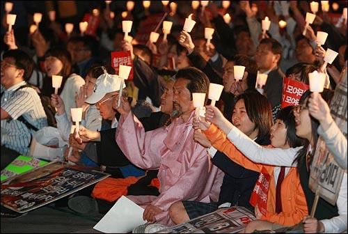 강기갑 민주노동당 의원이 14일 저녁 서울 시청앞 잔디광장에서 열린 촛불문화제에 참여하여 정부의 미국산 쇠고기 수입 정책 철회를 촉구하고 있다.