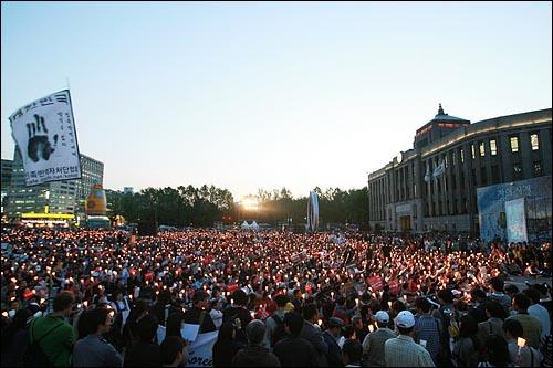 14일 저녁 서울시청앞에서 중고등학생, 대학생, 시민들이 참석한 가운데 광우병위험 미국산 쇠고기 전면 수입을 반대하는 촛불문화제가 열리고 있다.