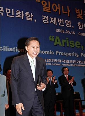 이 대통령 국가조찬기도회 참석 이명박 대통령이 15일 오전 코엑스에서 열린 국가조찬기도회에 참석하고 있다.