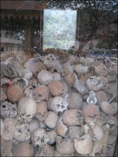 학살당한 사람들 와트마이사에 모신 학살당한 사람들의 유골들