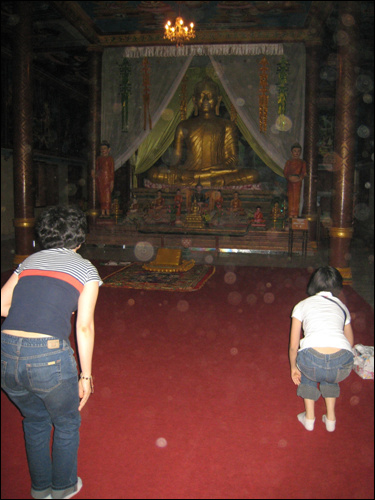 대웅전에서 절하는 관광객들 한국 관광객들이 캄보디아에서 학살당한 사람들을 위한 기도를 올리고 있다.