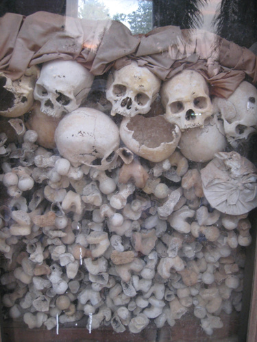 탑안에 모신 학살당한 자들의 유골 유골들 사이로 당시 입었던 옷가지와 소지품들까지 뒤섞여 있다.