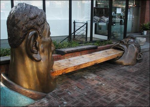 익살맞은 나무의자. 구본주의 2003년 작품 '비스킷 나눠먹기'다.