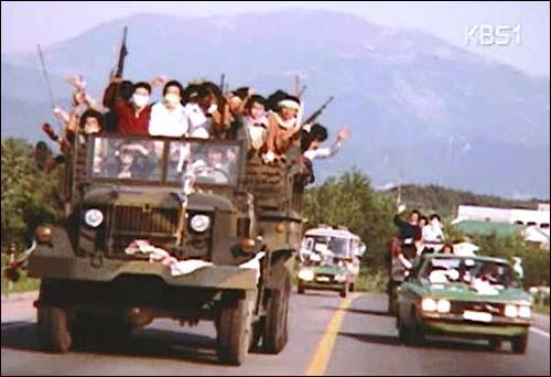 시민군은 트럭을 타고 광주 이외 지역을 돌며 항쟁의 진실을 알리려 애썼다.(자료 사진은 80년 당시 시민군을 촬영한 화면을 내보내고 있는 KBS 화면을 촬영한 것임)