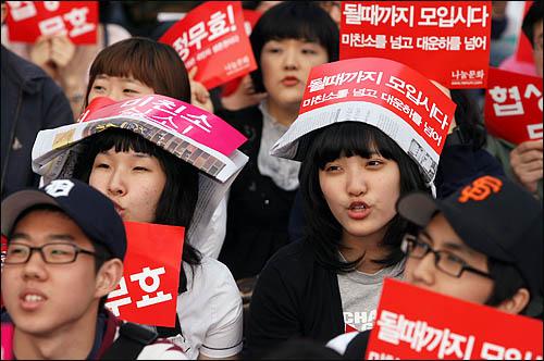 광우병 위험으로부터 안전하지 않은 미국산 쇠고기 수입에 반대하는 학생과 시민들이 17일 저녁 서울 청계광장에서 재협상을 촉구하며 촛불을 밝히고 있다.