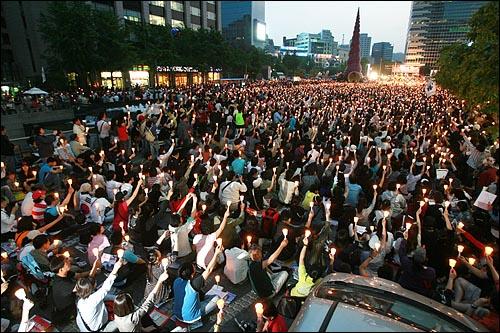 17일 저녁 서울 청계광장에서 열린 광우병위험미국산쇠고기 수입반대 촛불문화제에서 촛불을 든 시민, 학생들이 함성을 외치고 있다.