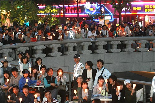 17일 저녁 서울 청계광장에서 광우병위험미국산쇠고기 수입반대 촛불문화제가 열리는 가운데 청계광장이 가득 메워지자 촛불을 든 시민들이 모전교까지 올라가 있다.