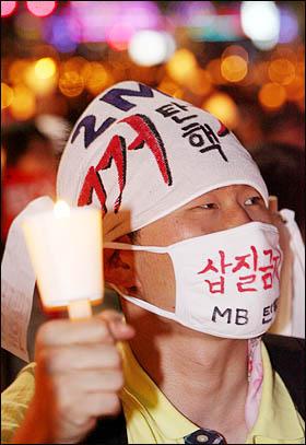 광우병 위험으로부터 안전하지 않은 미국산 쇠고기 수입에 반대하는 학생과 시민들이 17일 저녁 서울 청계광장에서 고시철회와 재협상을 촉구하며 촛불을 밝히고 있다.