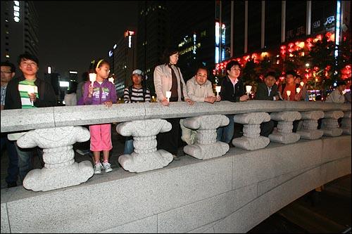 17일 저녁 서울 청계광장에서 광우병위험미국산쇠고기 수입반대 촛불문화제가 열리는 가운데, 청계광장에 들어가지 못한 일부 시민들이 모전교 위에서 촛불문화제에 참여하고 있다.