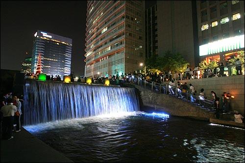 17일 저녁 서울 청계광장에서 광우병위험미국산쇠고기 수입반대 촛불문화제가 열리는 가운데, 촛불을 든 시민들이 청계천으로 내려오고 있다.