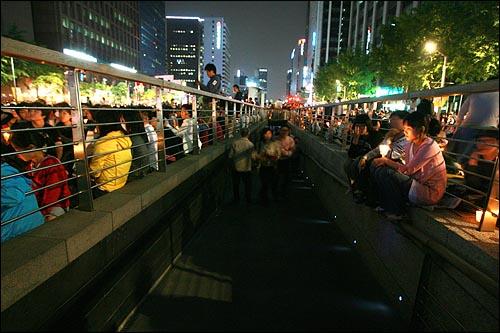 17일 저녁 서울 청계광장에서 광우병위험미국산쇠고기 수입반대 촛불문화제가 열리는 가운데, 청계천으로 내려가는 통로 주변에 촛불을 든 시민들이 모여 있다.
