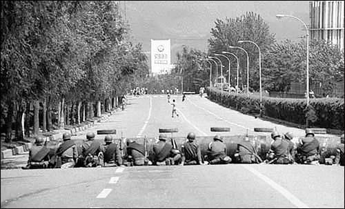 광주를 봉쇄하고 있는 계엄군. 필자는 이 계엄군을 피해 우회해서 광주로 돌아올 수 있었다.