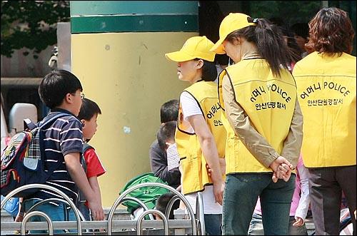 아동범죄 예방을 위한 어머니폴리스 회원들이 16일 오후 경기도 안산시 단원구 선부동 석수초등학교에서 안전한 하교길을 위해 학교 주변을 순찰하고 있다.