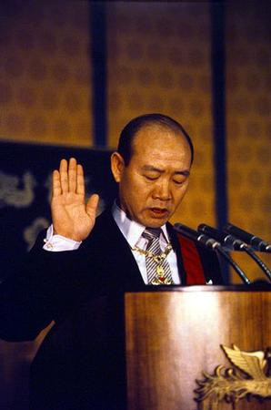 1980년 9월 1일 잠실체육관에서 열린 11대 대통령 취임식에서 대통령 전두환이 취임선서를 하고 있다.