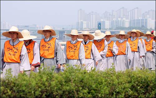 한반도 대운하 건설에 반대하며 지난2월 전국 국토순례에 나섰던 종교인 생명평화 순례단이 20일 서울에 입성, 한강을 따라 걷고 있다.