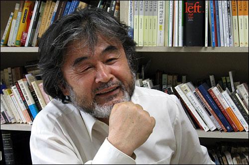 소박한 웃음을 지며 인터뷰에 응하고 있는 박홍규 교수